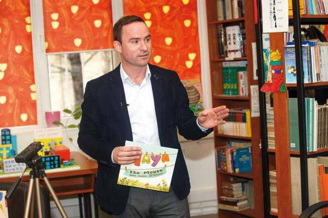 """Viaţa de după afaceri, episodul 3: Daniel Kearvell este managing director al companiei de curierat DHL International România, iar în timpul liber scrie cărţi pentru copii. """"Scrisul a fost dintotdeauna o pasiune de-ale mele, dar proiectul cărţii pentru copii a fost o întâmplare"""""""
