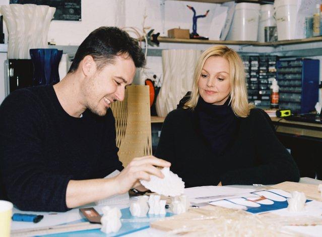 Brandul de modă COS participă la Salone Del Mobile cu o instalaţie realizată din module de bioplastic imprimate 3D. GALERIE FOTO
