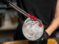 """Pandemia de Covid-19 a lovit piaţa HoReCa fix când începea să se democratizeze ideea de bar. Rezultatul? Baruri de bere, de vin, de gin, de shot-uri sau cocktailuri, o adevărată """"explozie"""" de gusturi pentru papile tot mai rafinate"""