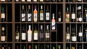 Cum încearcă grupul Carrefour să îi convingă pe consumatorii locali să bea vinuri româneşti? Prin programul Deschidem Vinul Românesc retailerul aduce în magazine etichete exclusive şi vinuri premium