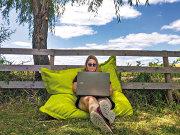 Freelancerii, antreprenorii şi angajaţii au dat vara aceasta birourile pe terase pentru munca remote. Şi ce dacă vara a trecut? Ne trebuie doar un octombrie blând pentru a putea face asta în continuare