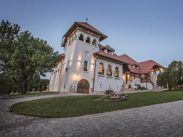 Cum arată Casa Timiş, un conac cu aproape 100 de ani de istorie, renovat recent de una dintre cele mai puternice familii de antreprenori locali. Se află la mai puţin de o oră de Bucureşti, dar care pare totuşi la ani-lumină distanţă de agitaţia din metropolă. GALERIE FOTO