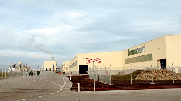 Fabrica de la Braşov a Kronospan a fost inaugurată în decembrie 2009 şi a necesitat investiţii de 200 mil. euro şi produce OSB (plăci din fibre orientate) şi PAL