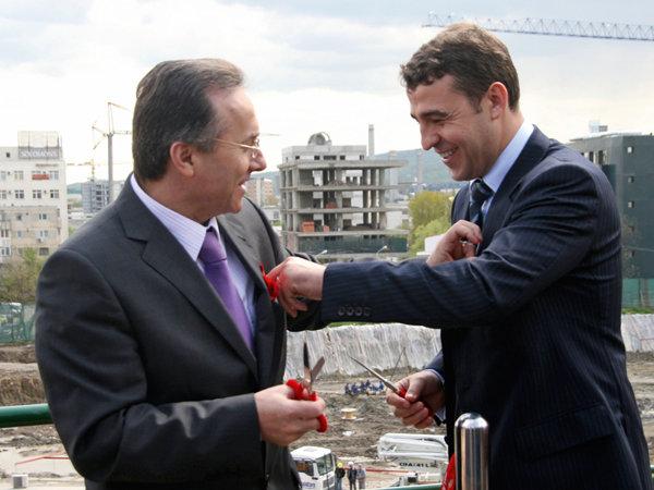 17 aprilie 2008: Iulian Dascălu (dr.) şi primarul Iaşiului Gheorghe Nichita, inaugurează oficial lucrările de construcţie a proiectului Palas începute în 2007. Consiliul local i-a cedat terenul lui Dascălu în schimbul a 25% din profitul net al proiectului, dar oameni de afaceri locali au contestat asocierea
