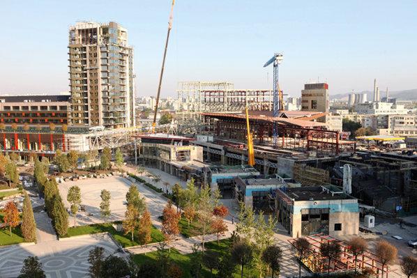 Proiectul dispune de una dintre cele mai mari parcări acoperite din România, cu 2.500 de locuri, distribuite pe cinci etaje subterane.