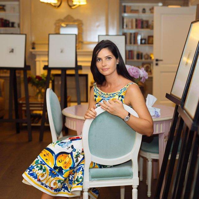 Alături de soţul ei, cel mai mare dealer BMW din România, a transformat o fostă casă parohială într-o pensiune de lux: Fiecare cameră are un concept anume. Galerie Foto