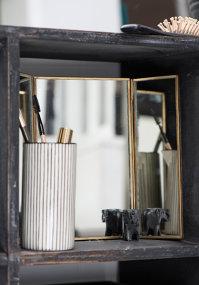 Ce legătură există între o oglindă şi o pereche clasică de pantofi negri, fie ei bărbăteşti sau de damă?
