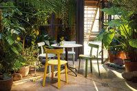 Exerciţiu de imaginaţie. La umbră, la adăpost de razele fierbinţi ale soarelui, pe un scaun confortabil, în zilele în care noaptea nu se mai îndură să vină