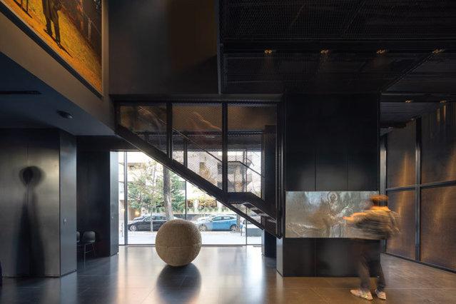 MARe - Muzeul de Artă Recentă şi-a deschis porţile la început de octombrie, în cartierul Primăverii din Bucureşti. Dar acest lucru îl ştie deja majoritatea, puţini sunt cei care cunosc povestea locului unde şi-au dat iniţial întâlnire un istoric de artă şi un antreprenor pasionat de frumos