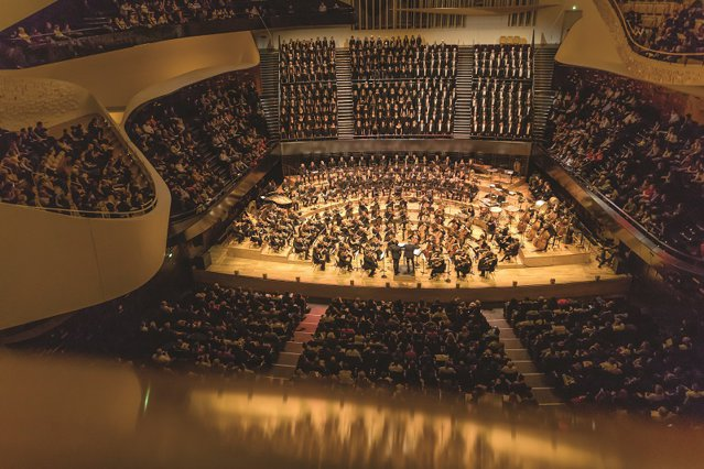 """Câteva zeci de salariaţi ai băncii româneşti BRD au urcat pe scena Filarmonicii din Paris unde au interpretat capodopere ale lui Berlioz, Wagner, Rossini sau Enescu. Cum au ajuns de la """"ghişeu"""" în lumea artei şi a muzicii clasice?"""