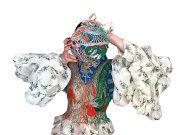Un designer român a luat cu asalt moda mondială în 2020 după ce a realizat o colecţie dantelată din fire electrice uzate. Cine este Alexandra Şipa şi cum arată creaţiile apărute deja în Vogue şi  inspirate de Bacăul copilăriei sale? GALERIE FOTO