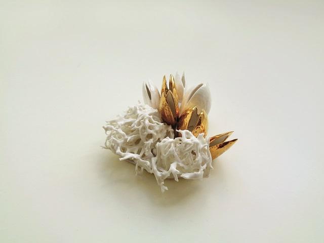 O româncă vrea să transforme bijuteria în artă la purtător. Raluca Buzura: Aţi putea spune că o ţinută poate exista fără bijuterii, dar nu şi invers. Eu aş îndrăzni să vă întreb: vă place mâncarea fără sare, fără condimente? Aşa văd eu lucrurile