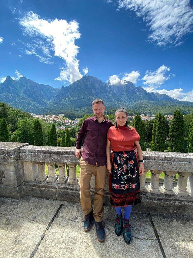 """Octavia şi Lucian Loiş, fondatorii Şezi: """"Ne inspiră simplitatea vieţii din trecut şi faptul că oamenii aveau anumite valori pline de sens. Dorim să aducem în casele din prezent o mică parte din simbolurile care transformă locuinţa într-un obiect cultural."""""""