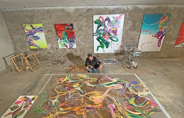 Povestea incredibilă a lui Alex Voinea sau cum te trezeşti cu doar 10 dolari în buzunar şi ajungi apoi să-ţi expui picturile în lumea-ntreagă: Social Media va marca o revoluţie în artă. Deja a început