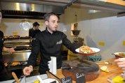 A lucrat în restaurante Michelin iar acum aduce street food-ul