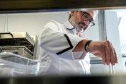 Unul dintre cei mai cunoscuţi chef-i din lume a venit la Bucureşti pentru a face meniul din restaurantul lui Ţiriac: Cum se combină caviarul cu ţuica şi telemeaua
