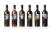 Secretele vinului: Forma, culoarea sau chiar greutatea sticlei sunt esenţiale în definirea unui vin de excepţie. Crearea unei etichete poate dura doi ani de zile