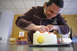 Alchimistul din bucătărie. Ciprian Zobuian nu face prăjituri, el le inventează, iar rezultatul este la limita dintre gastronomie şi artă