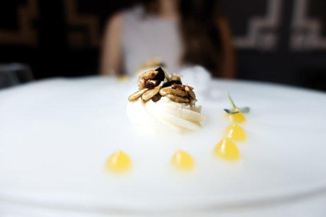 Care este povestea restaurantului The Artist din Bucureşti, unde Carmen Iohannis a luat prânzul alături de Brigitte Macron. În meniu îşi fac loc foie gras, carne de porc de mangaliţă şi sorbet de castraveţi