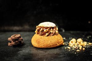 Deserturi dulci ca-n Bucureşti, doar la Paris mai găseşti. Epoca eclerului a apus, a venit rândul unui desert cu aer parizian să cucerească scena gastronomică locală. Choux à la crème