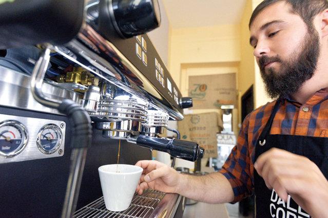 Cum să ghiceşti cafeaua: Boabele trebuie să fie maro, dar nu foarte închis, şi să nu aibă pete de ulei. Acesta din urmă este un semn că uleiul a ieşit din bob şi s-a depus pe suprafaţă