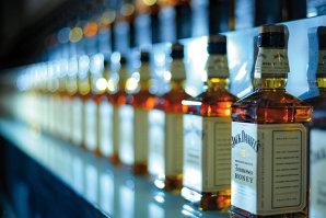 """Cel mai """"cool"""" job din lume: Ce înseamnă să fii master distiller al Jack Daniel's, brandul care este sinonim cu whiskey-ul în SUA"""