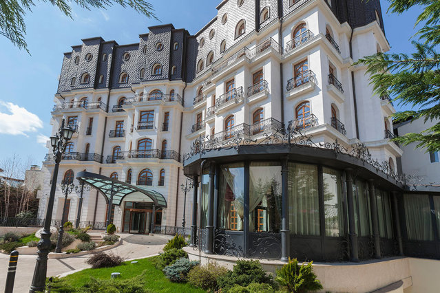 Hotel Epoque este primul hotel din Romania care devine membru Relais & Châteaux. Din asociaţie mai fac parte localul bucureştean Le Bistrot Francais, dar şi cel mai bun restaurant din lume anul trecut