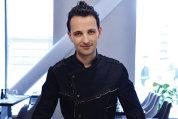 """A gătit pentru regele Mihai, Madonna, Jean Claude van Damme şi şeicul Quatarului, iar acum este chef la hotelul Hilton Garden Inn din Centrul Vechi din Bucureşti. Cine este şi cum a început să """"jongleze"""" cu gastronomia Cristian Carabageac?"""