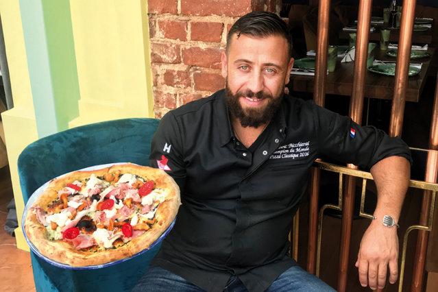 Cea mai bună pizza din lume e făcută în Franţa? Chef-ul francez Ludovic Bicchierai a câştigat tilul de campion mondial la pizza, întrerupând supremaţia italiană, cu o reţetă a folosit o reducţie de supă de peşte, tartar de doradă şi flori de dovleac umplute cu o brânză din Provence