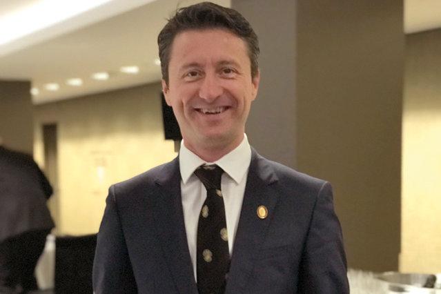 """Adrian Filiuţă este Master Sommelier, un fel de maestru al vinului. Sunt mai puţin de 250 de astfel de """"magicieni"""" în lume, iar românii pot fi număraţi pe degetele de la o mână, şi mai rămân degete"""