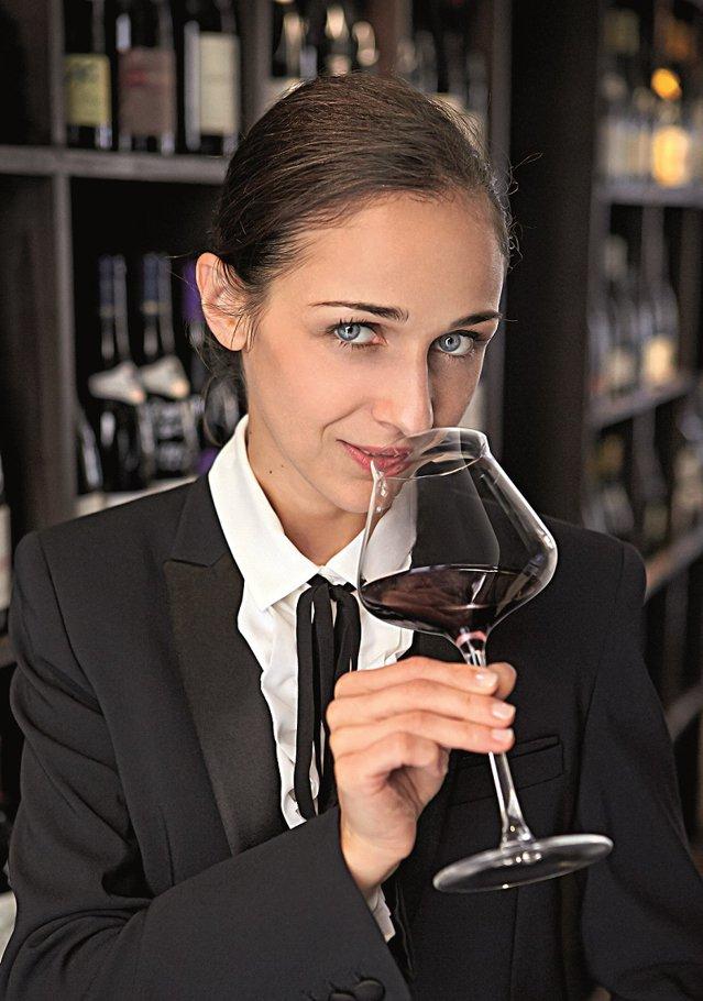 Omul care a desCIFRAt tainele vinului: Este matematician de formaţie, dar somelier de vocaţie. Este româncă, dar şi un pic franţuzoaică şi a fost aleasă cel mai bun somelier din România