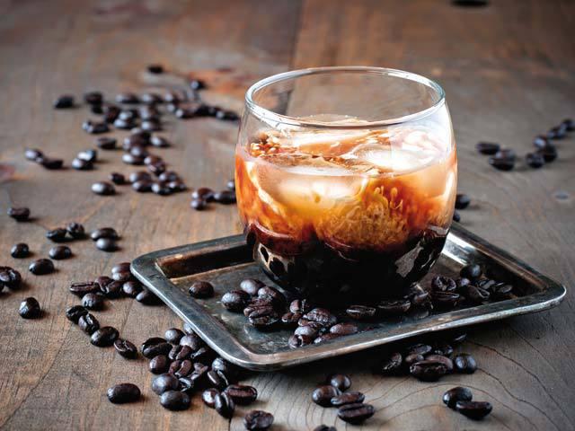 Cafeaua nu mai e doar licoarea care ne dă un boost de energie dimineaţa. În combinaţie cu sucuri naturale, băuturi alcoolice, lapte sau miere, cafeaua poate fi consumată negreşit chiar şi seara târziu. Iată câteva reţete