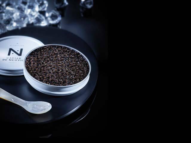 Caviarul a fost cândva hrana capetelor încoronate. Acum e mâncarea preferată a hedoniştilor. Şi totuşi, cum se produc, cum se mănâncă şi cu ce se asortează icrele negre?