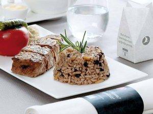 Cum călătoresc pasagerii la business class: ce mâncare primesc, cum se pregăteşte şi serveşte masa şi ce înseamnă să ai un flying chef-ul dedicat?