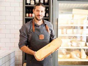 """Unul dintre cei mai cunoscuţi piloţi români de raliuri şi antreprenori din sectorul auto a pariat pe un magazin şi pe un bistro de brânzeturi: """"Este un domeniu pe care l-am aprofundat de unul singur mai întâi doar ca plăcere personală"""""""