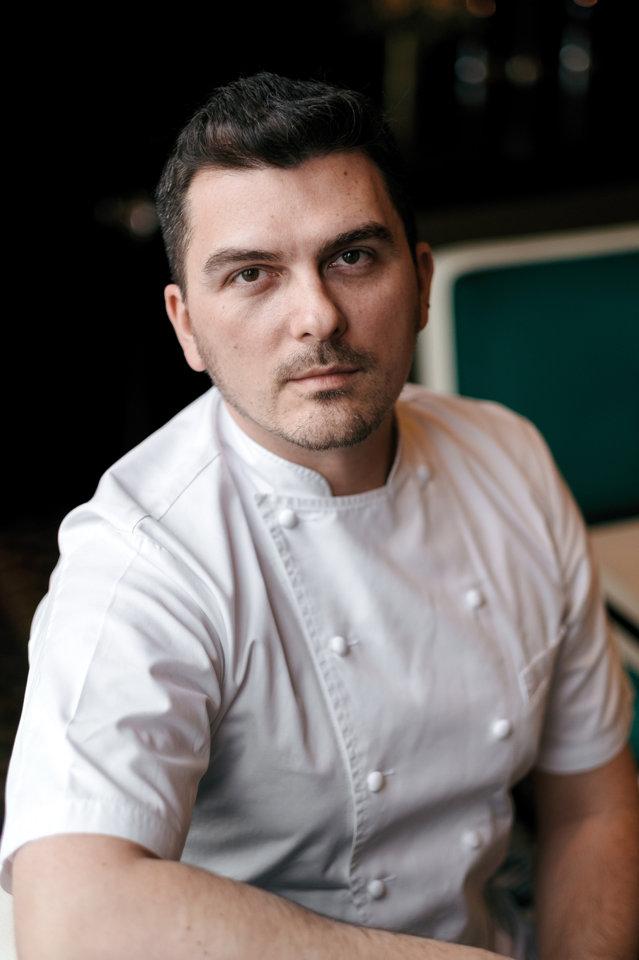 Este primul român care a reuşit să primească o stea Michelin, cea mai importantă distincţie în domeniu. Care este povestea lui şi cum a reuşit să îi convingă pe cei mai duri critici culinari din lume?