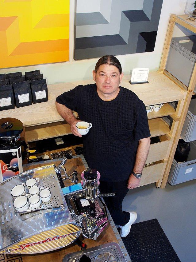 Cum alege antreprenorul Radu Potolea cafeaua perfectă pentru Madison Coffee? Se evaluează totul după un sistem complex, bazat pe percepţiile senzoriale, dar în esenţă este vorba despre identificarea notelor, a aromelor, a gustului, a post-gustului, a dulceţii, a acidităţii, a corpolenţei