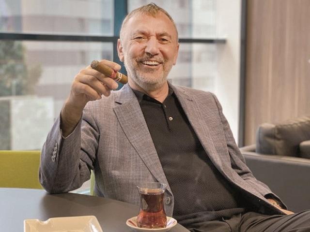 """Cu cine ar lua cina Omer Susli, proprietarul Homelux, dacă ar putea să aibă alături pe oricine din lume? """"Aş pregăti o specialitate turcească, mai exact cotlete de berbecuţ cu pilaf de bulgur, salată cu sos de rodii şi, desigur, baclavale la desert."""""""