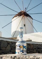 Care e legătura dintre alcool şi artă? Producătorul grec METAXA colaborează cu artişti pentru ca sticlele care-i găzduiesc licorile să devină opere de artă