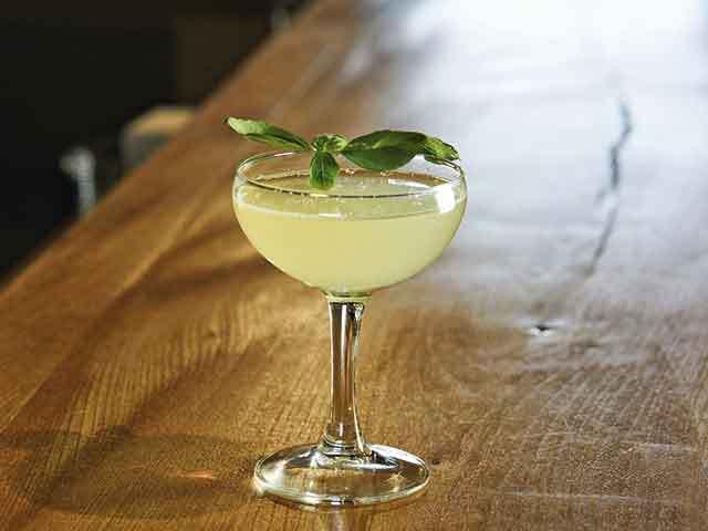 """Ce băuturi """"se poartă"""" în vremea pandemiei: a scăzut apetitul pentru tequila şi rom, dar cocktailurile au urcat în preferinţe. Care sunt reţetele verii?"""