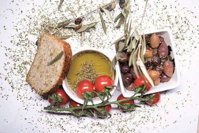 Ea e româncă, el este grec. Zaliari este numele livezii de măslini pe care el o are în Peninsula Peloponez din Grecia şi, de ceva timp, şi brandul uleiului pe care împreună îl produc din cultura proprie