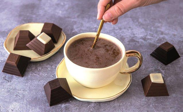 """În urmă cu ceva timp, o combinaţie între ciocolată şi ardei iute era aproape de neconceput. Acum, putem să ne gândim la o ciocolată caldă cu uşoare note picante ori condimente orientale. Cum putem să """"personalizăm"""" ciocolata caldă în propria bucătărie?"""