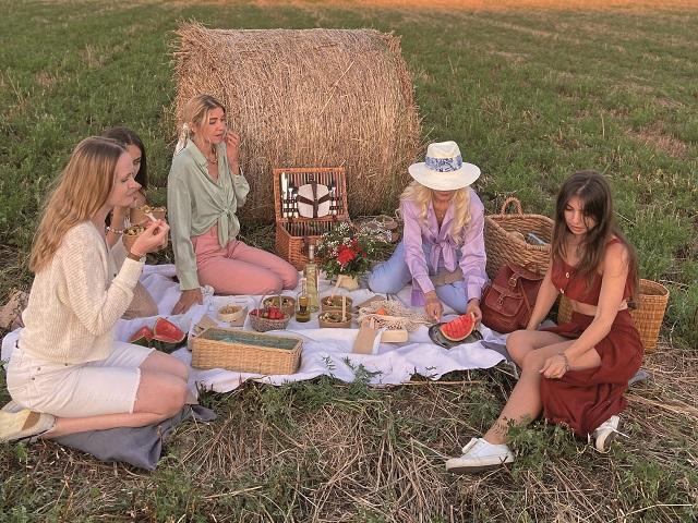 O româncă ce a locuit în cinci ţări s-a mutat pe Costa de Azur şi organizează picnicuri pentru turiştii din sudul Franţei. Pe lista clienţilor se găseşte Mika Hakinnen, celebrul pilot de Formula 1