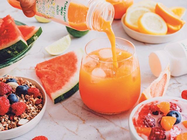 Mituri şi adevăruri despre sucurile naturale sănătoase: Oamenii tind să încadreze sucurile obţinute din fructe şi legume în aceeaşi categorie. Sucurile pasteurizate, lipsite de nutrienţi şi enzime au aproape acelaşi efect cu cel al apei cu zahăr