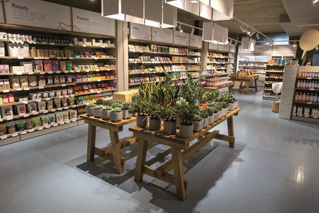 Care este povestea OTOTO, cel mai nou jucător din retailul local, care pariază doar pe branduri mici şi independente: Este un soi de supermarket şi cafenea, un spaţiu 2 în 1, un loc unde mergi la shopping, dar şi la o cafea de specialitate cu prietenii