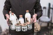 Cum renasc meseriile uitate? Un antreprenor din Cluj readuce la viaţă jobul de lăptar şi livrează produsele la uşa clienţilor. După şase luni de fucţionare, serviciul are 72 de abonaţi şi 26 de comenzi unice pe lună
