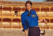 Cum au renunţat bărbaţii la jachetele army şi bocancii voluminoşi în favoarea pantalonilor strâmţi, a cămăşilor din lamé auriu sau a bluzelor croşetate? Galerie Foto