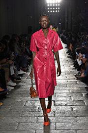 Marile nume din modă au decis: Anul acesta se poartă tonuri nebune de galben sau roz fucsia, ţinute transparente, tricouri cu mesaje puternice şi kitten heels. Galerie Foto