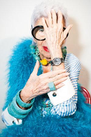 """Este pe lista celor mai bine îmbrăcate persoane din lume şi a decorat Casa Albă pentru 9 preşedinţi. Ce """"revoluţie"""" mai pregăteşte la 95 de ani legendara Iris Apfel?"""