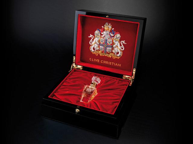 Un fragment de meteorit, o foiţă de aur, un cristal... Astăzi, odată cu parfumul pe care îl cumperi, primeşti o întreagă poveste